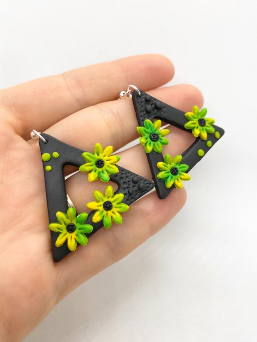 Cercei triunghiulari cu flori handmade 4