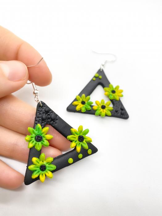Cercei triunghiulari cu flori handmade 2