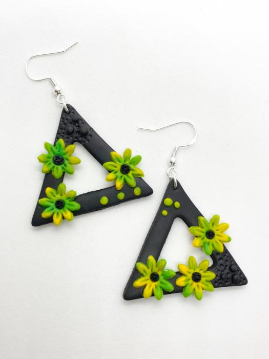 Cercei triunghiulari cu flori handmade 0