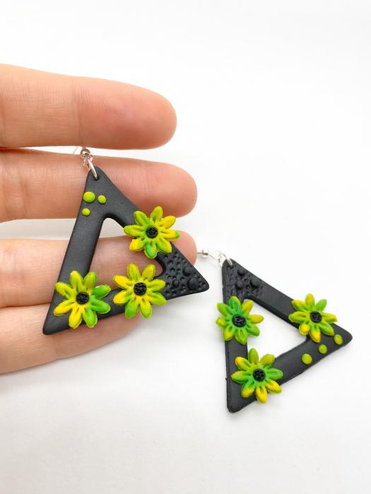 Cercei triunghiulari cu flori handmade 3