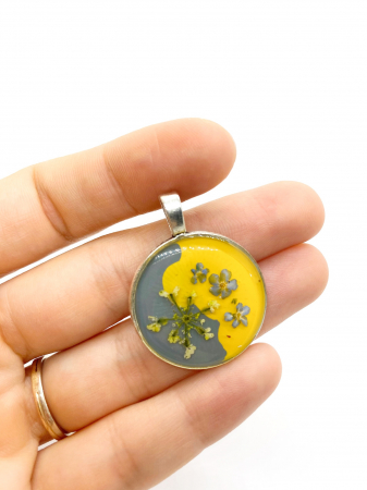 Pandantiv galben si gri cu flori1