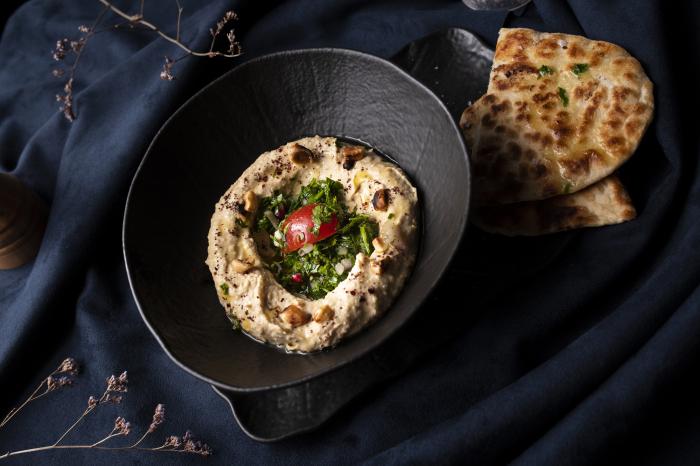 Hummus servit cu turte de casă, chimichurri [0]