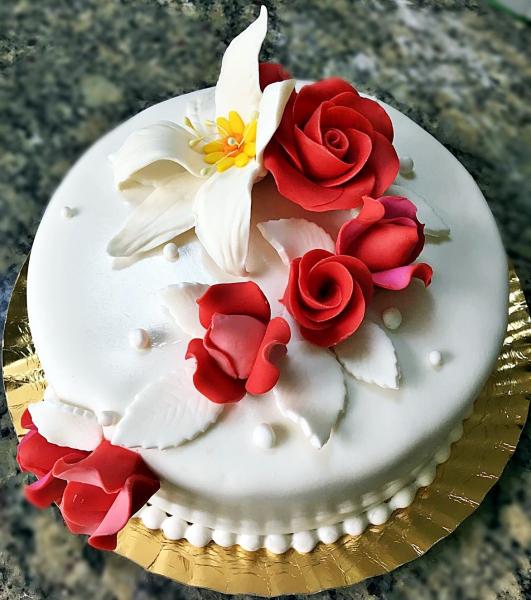 Tort alb cu flori model 2 0