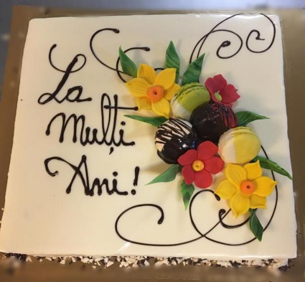 Tort in ciocolata alba cu flori model 3 0