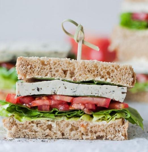 Sandwich cu salata, rosii si tofu cu ardei