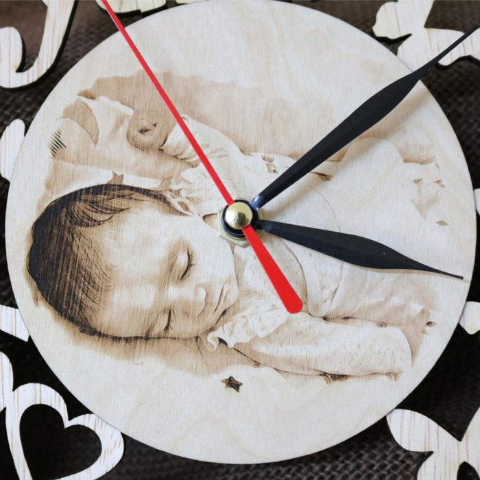 Ceas de perete Personalizat Bebelusi, din lemn, cu poza gravata 3