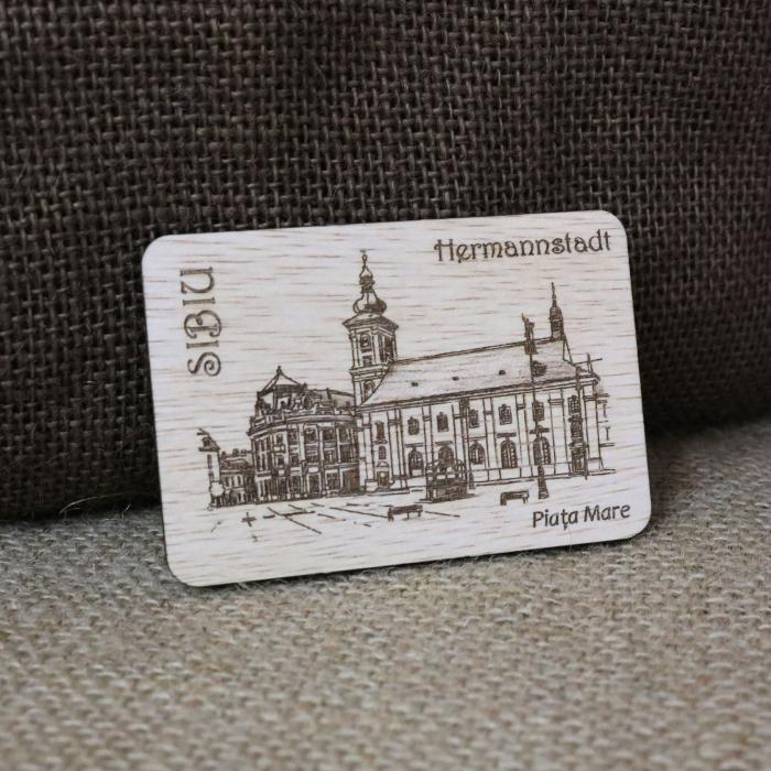 "Magnet de frigider suvenir din lemn, gravat ""Piata Mare"" Sibiu, desen realizat manual [0]"