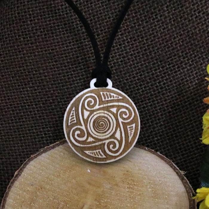 Pandantiv Din Lemn Gravat cu inspiratie din ceramica de Cucuteni, desen realizat manual [0]