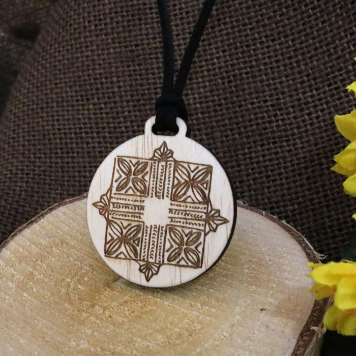 Pandantiv Din Lemn Gravat cu simboluri romanesti, desen realizat manual [0]