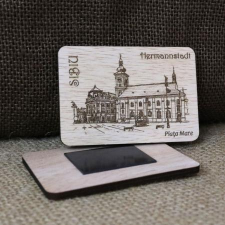 "Magnet de frigider suvenir din lemn, gravat ""Piata Mare"" Sibiu, desen realizat manual [1]"