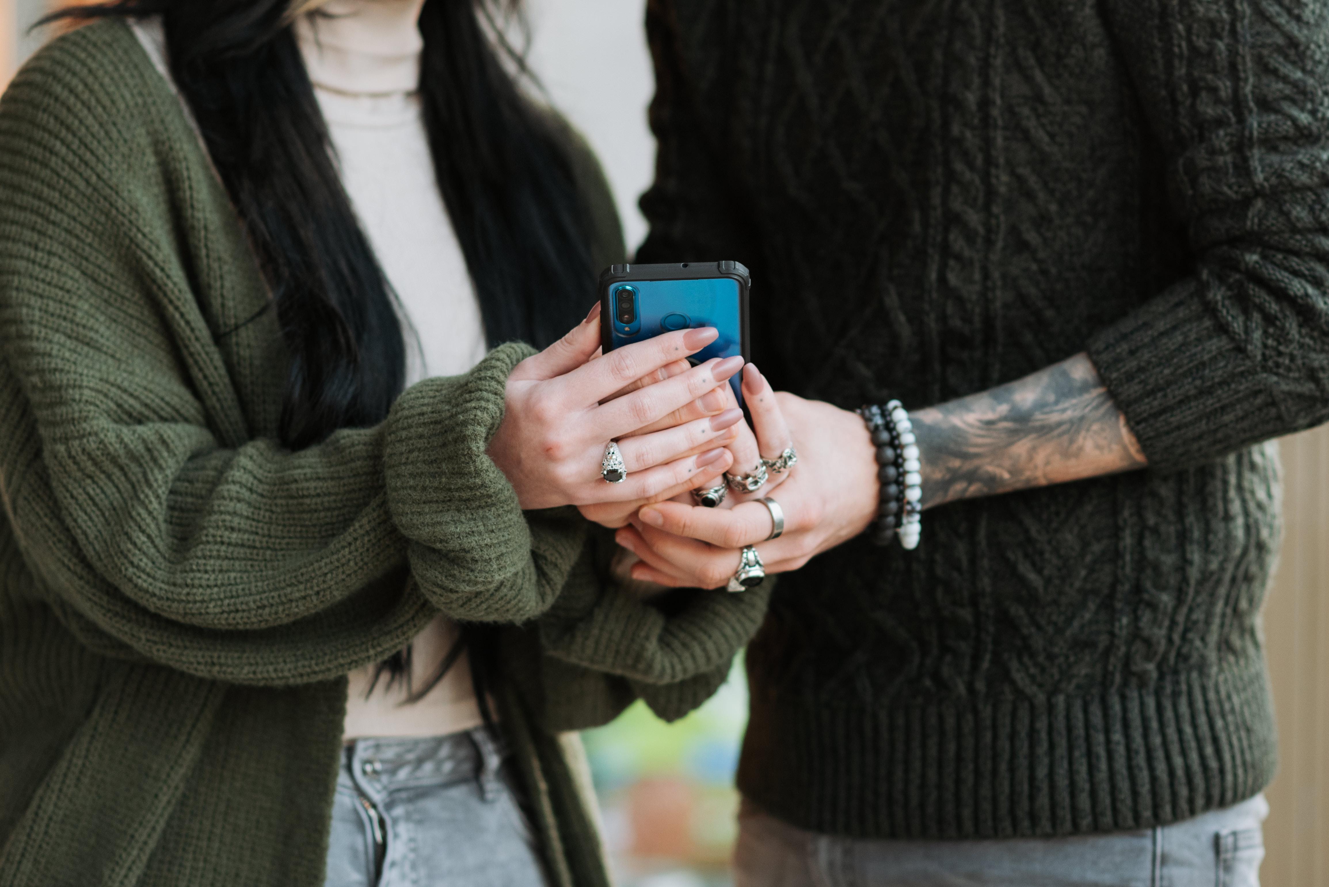 Bijuterii purtate cu tricotaje: lucruri de care să ții cont!