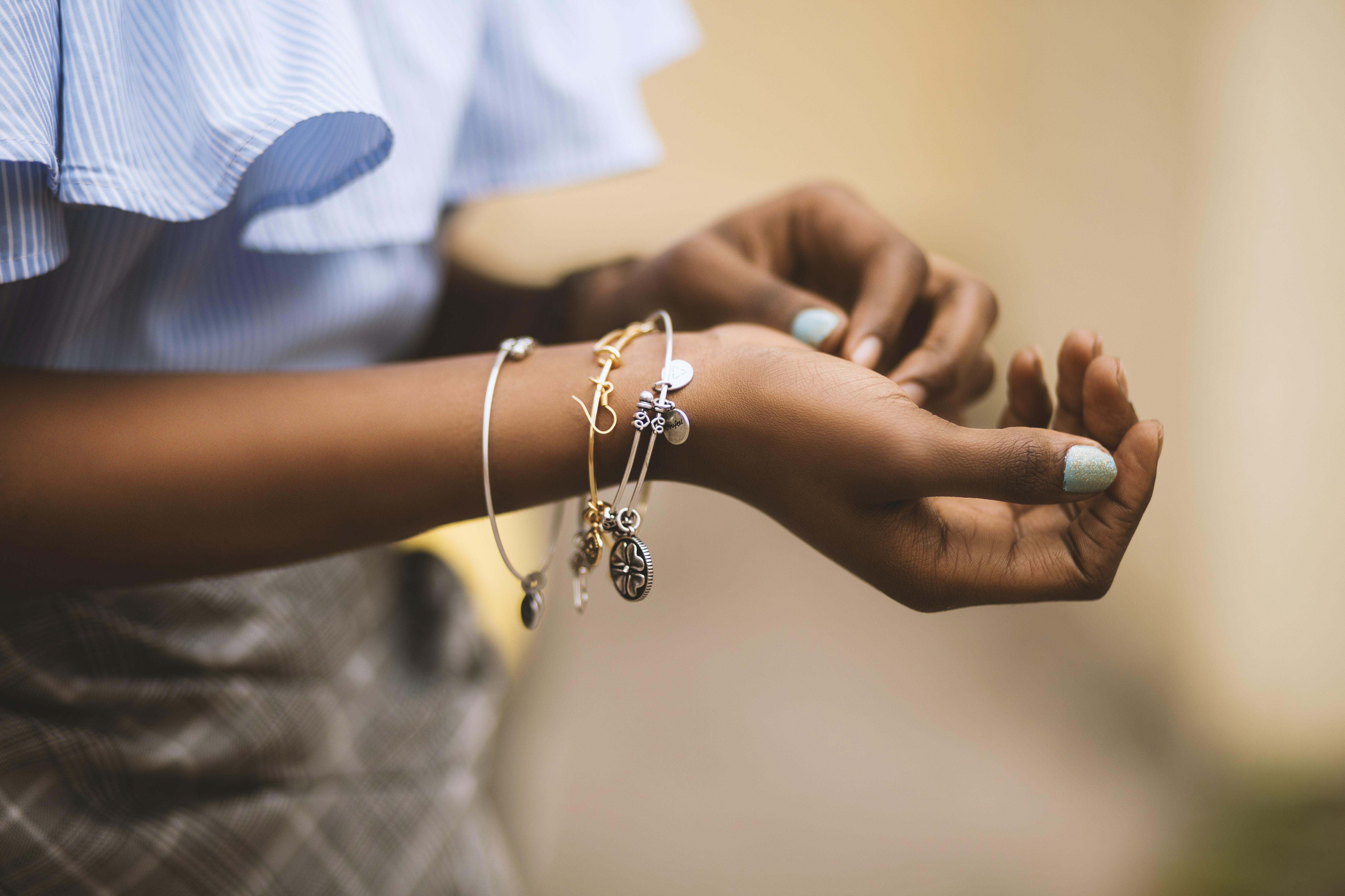 Ce bijuterii ți se potrivesc în funcție de culoarea pielii?