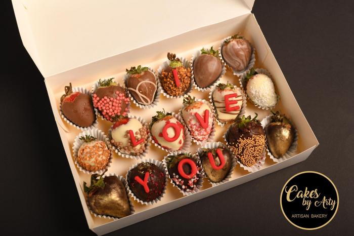 Cutie cu capsuni invelite in ciocolata belgiana- Cakes by Arty [1]