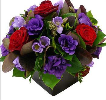 Aranjament floral din trandafiri, eustoma, frunze decor in cub de sticla. [0]