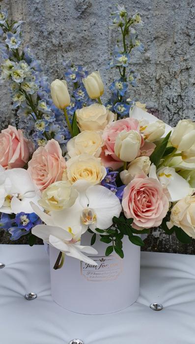 Cutie rotundă albă cu flori în culori pastel 0