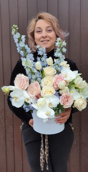 Cutie rotundă albă cu flori în culori pastel 1