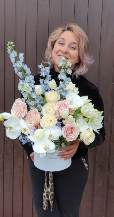 Cutie rotundă albă cu flori în culori pastel 2