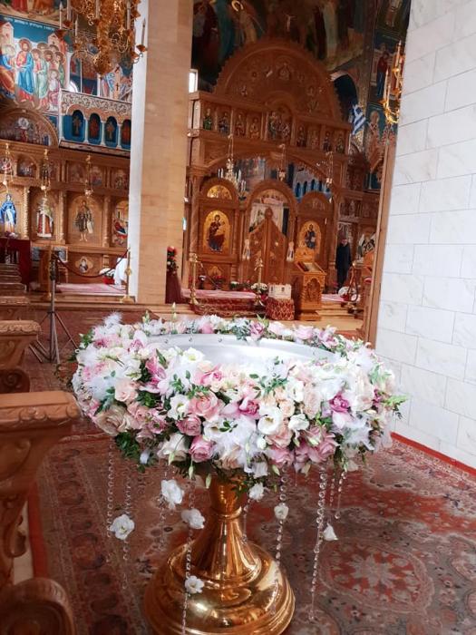 Decor cristelnita cu pene, cristale si flori 4