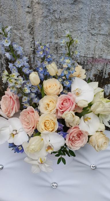 Cutie rotundă albă cu flori în culori pastel 3