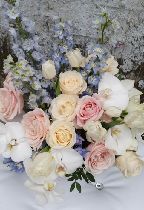 Cutie rotundă albă cu flori în culori pastel 4
