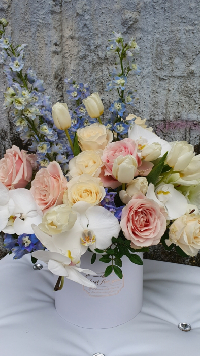 Cutie rotundă albă cu flori în culori pastel 5