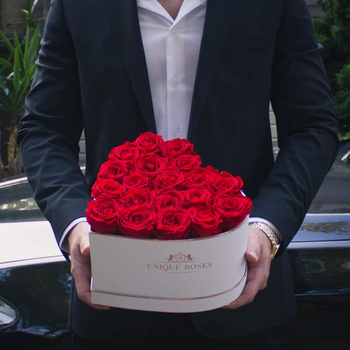 cutie cu 19 trandafiri rosii 1