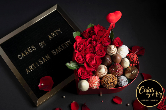 Inima cu trandafiri si capsuni invelite in ciocolata 0