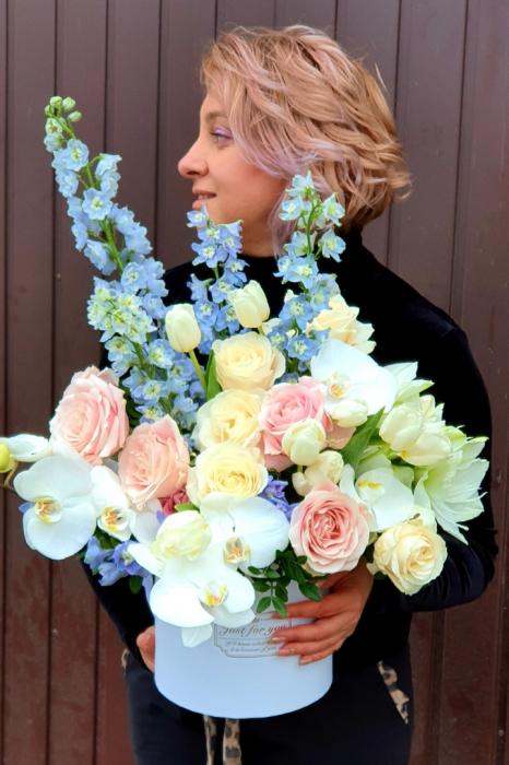 Cutie rotundă albă cu flori în culori pastel 6