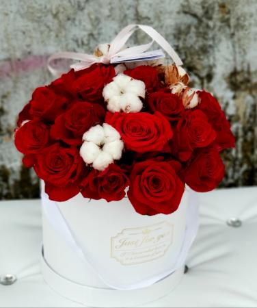 Cutie 25 trandafiri rosii si flori de bumbac0