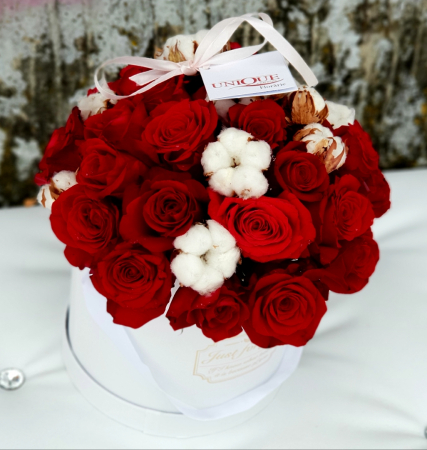 Cutie 25 trandafiri rosii si flori de bumbac1