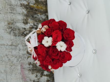 Cutie 25 trandafiri rosii si flori de bumbac2