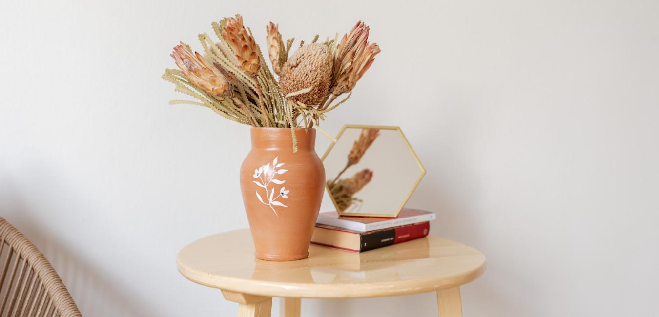 vaza decorativa din lut cu ilustratie florala