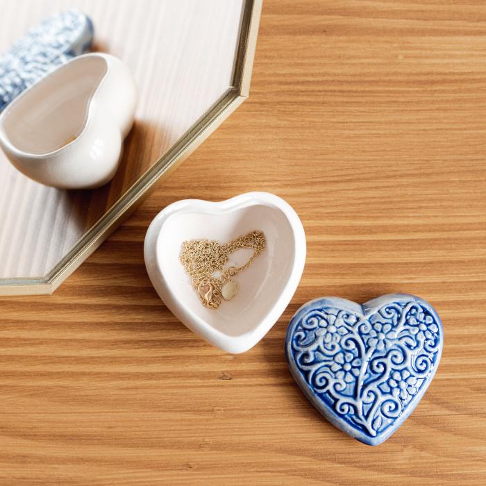 Cutiuță bijuterii din ceramică, inimă albastră, detalii florale [1]