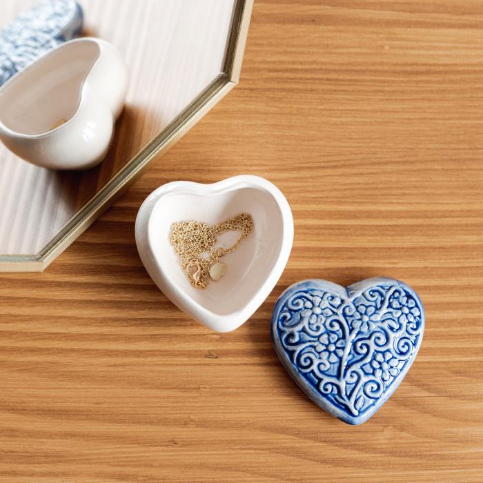 Cutiuță bijuterii din ceramică, inimă albastră, detalii florale [0]