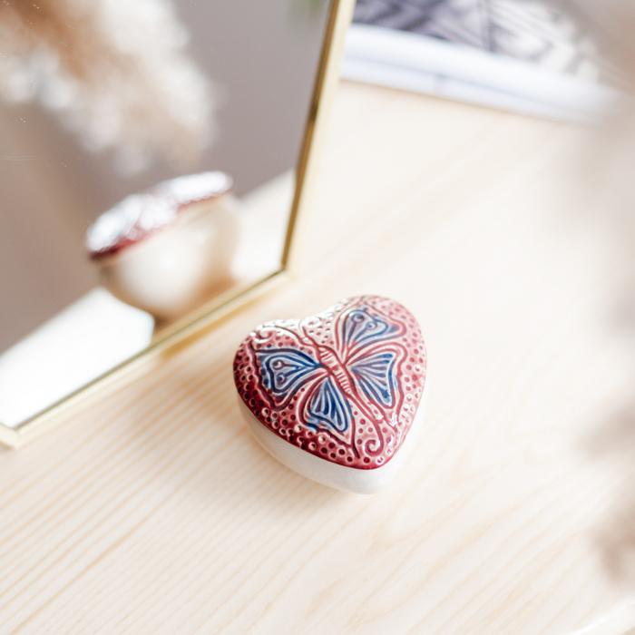 Cutiuță bijuterii din ceramică, inimă roșie, detaliu fluture [0]