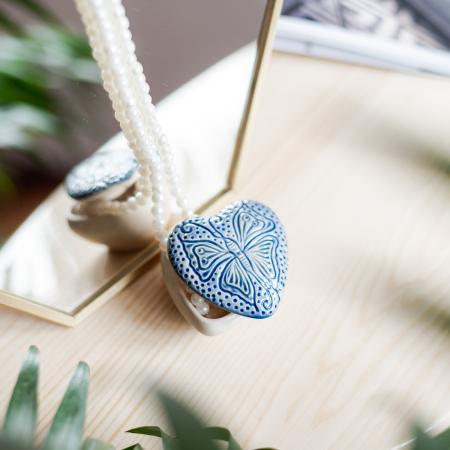 Cutiuță bijuterii din ceramică, inimă albastră, detaliu fluture [1]
