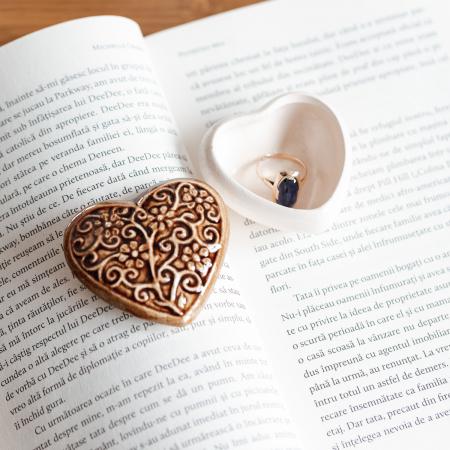 Cutiuță bijuterii din ceramică, inimă maro, detalii florale [1]