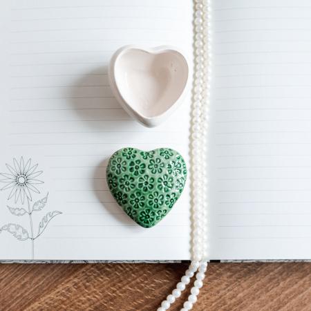 Cutiuță bijuterii din ceramică, inimă verde, detalii florale [0]
