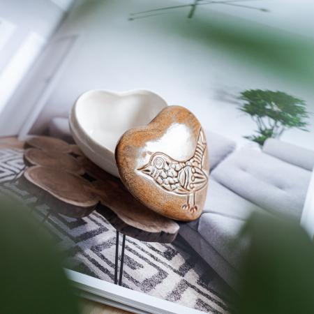 Cutiuță bijuterii din ceramică, inimă maro, detaliu pasăre [1]