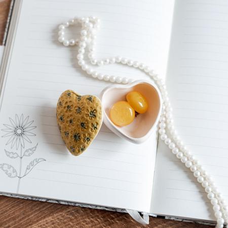 Cutiuță bijuterii din ceramică, inimă galbenă, detalii florale [0]