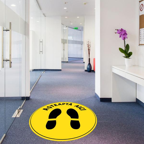 """Sticker informativ Covid-19 pentru podea - """"Așteaptă aici"""" - 30 cm 1"""