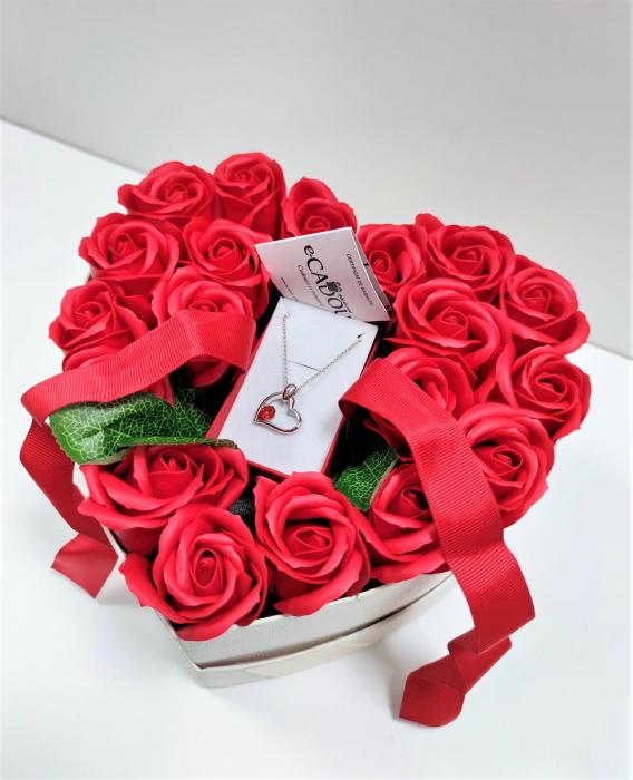 Aranjament floral cu 15 trandafiri din sapun SC-R13T-M3 si Colier Expensive Heart rosu [6]