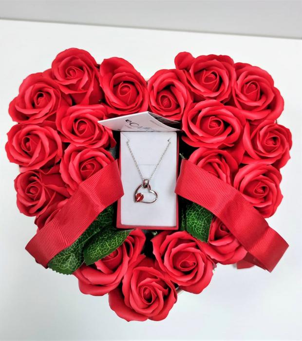 Aranjament floral cu 15 trandafiri din sapun SC-R13T-M3 si Colier Expensive Heart rosu [1]