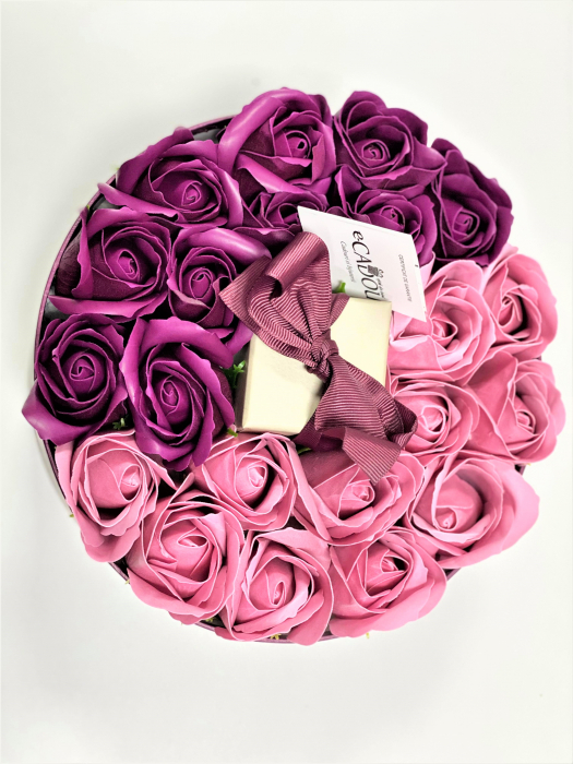 Aranjament floral cu 21 trandafiri si Colier Angel Drop, placata cu aur alb 18k [1]
