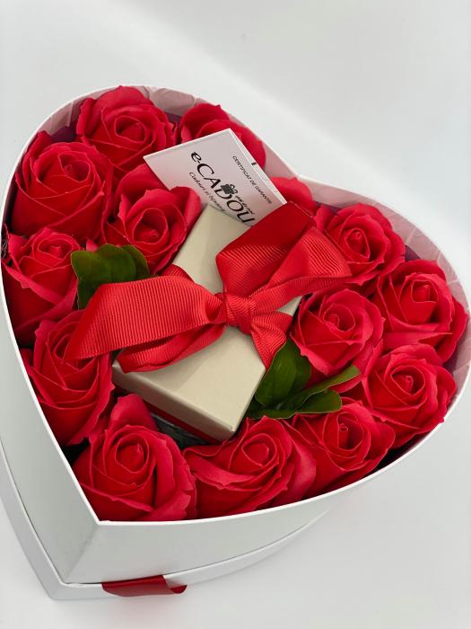 Aranjament floral cu 15 trandafiri din sapun SC-R13T-M3 si Colier Expensive Heart rosu [2]