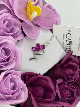 Aranjament floral cu 13 trandafiri si orhidee din sapun R13MP-M3 si Colier Bloom Shine rose [1]