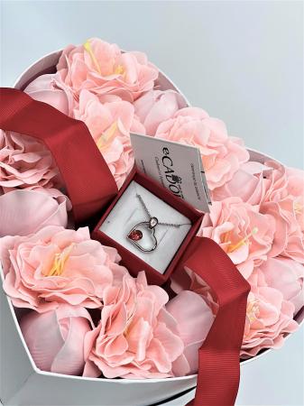 Aranjament floral cu 15 anemone si lalele din sapun R15AL-M2 si Colier EXPENSIVE Heart rosu [2]