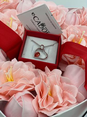 Aranjament floral cu 15 anemone si lalele din sapun R15AL-M2 si Colier EXPENSIVE Heart rosu [1]