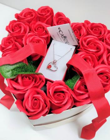 Aranjament floral cu 15 trandafiri din sapun SC-R13T-M3 si Colier Expensive Heart rosu