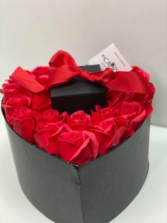 Aranjament floral cu 23 trandafiri din sapun SC-R141-M2 si Colier Aniela rosu [1]
